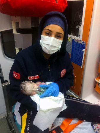 Ambulansta kalbi durmuş doğan bebek, hayata yeniden döndürüldü
