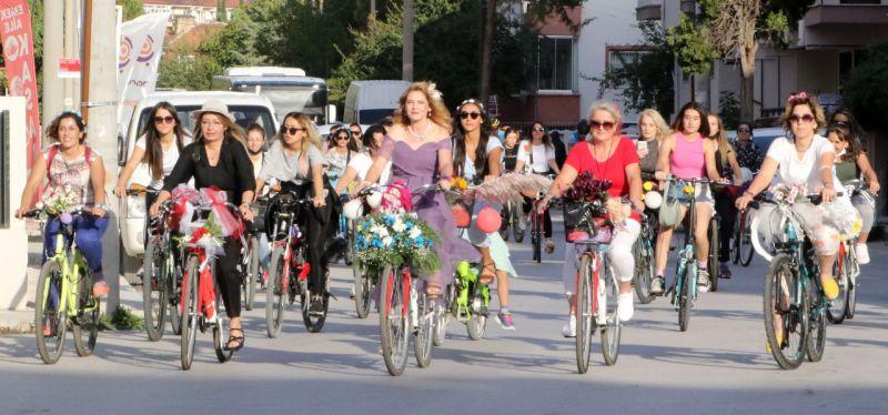Burdur'da Süslü Kadınlar Bisiklet Turu