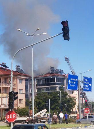 Binanın çatısı yandı