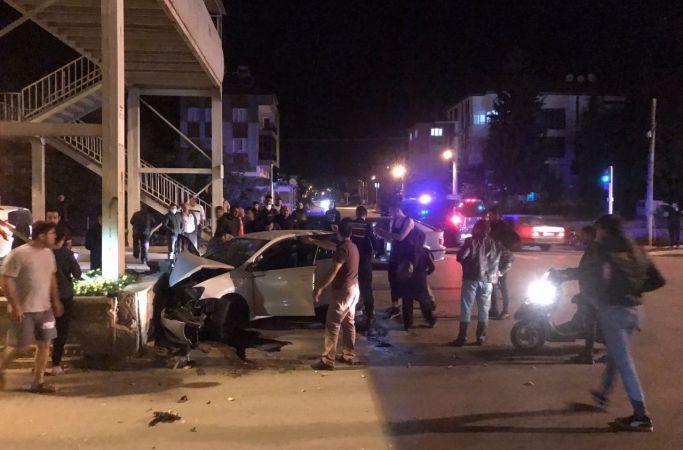 Refüje çarpan otomobildeki 1'i bebek 2 kişi öldü, 4 yaralı