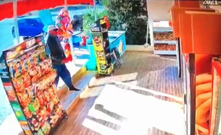 Market kirlenmesin diye ayakkabısını çıkarıp içeri girdi