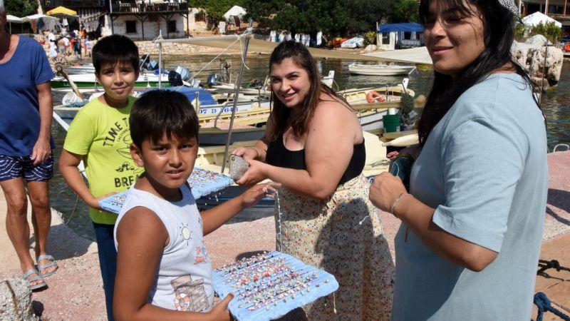 Aferin Gençler! Demre'de okul harçlığını turizmden kazanıyorlar
