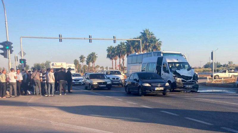 Servis minibüsü TIR'a çarptı: 3 yaralı