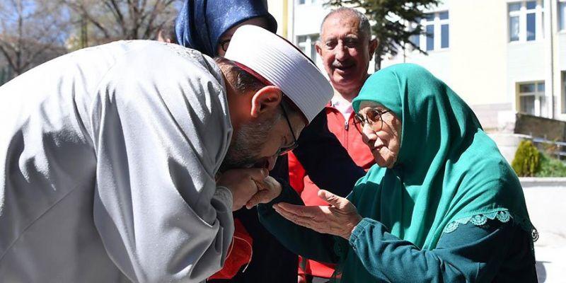 Ali Erbaş Huzurevi Sakinlerini Ziyaret Etti