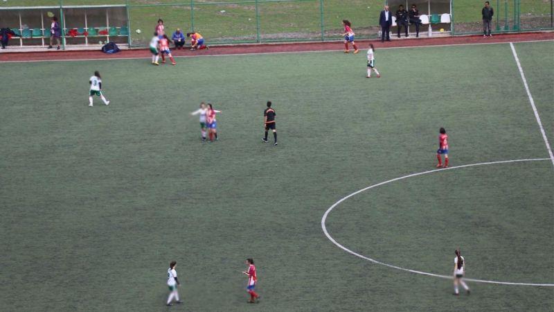 Caminin Karşısında Oynatılan Kızlar Arası Futbol Maçına Tepki