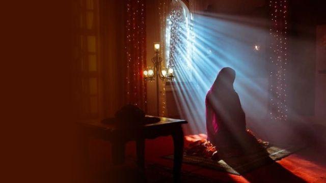 Hamile kadın oturarak namaz kılabilir mi?