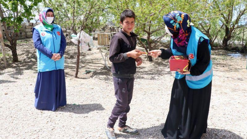 Kur'an kursu öğreticileri iyilik dağıtıyor