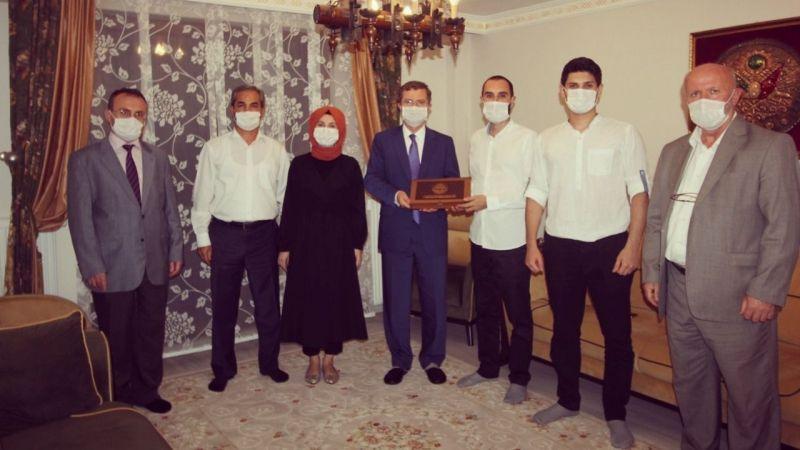Din görevlisi çiftin dört çocuğu da doktor oldu