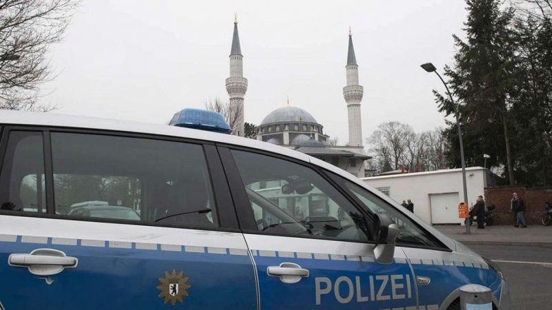 Alman polisi camiye botlarla girdi