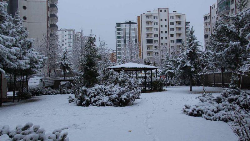 Diyarbakır'da kar yağışı etkili oldu