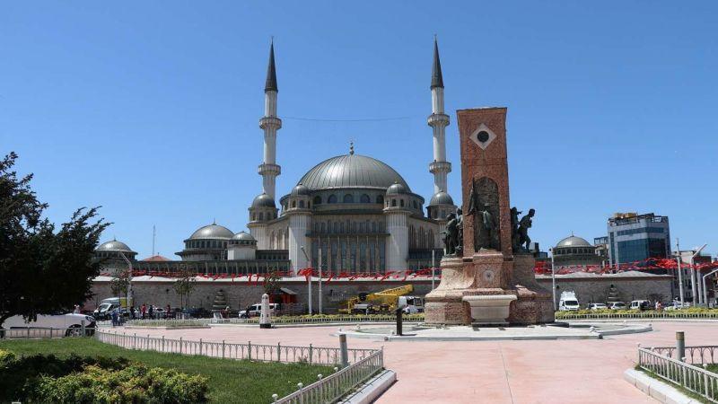 Taksim Camii dualarla ibadete açıldı!