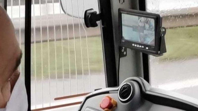 Otobüs şoförü seyir halindeyken maç seyretti