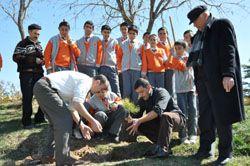 Öğrencilerle birlikte ağaç dikti