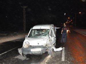 Karşı şeride geçen araç, kamyonetle çarpıştı