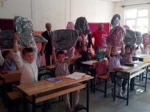 Enerjisa'dan bin 100 öğrenciye çanta hediyesi