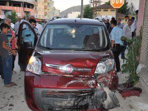 'U' dönüşü yapan minibüsle kamyonet çarpıştı: 2 yaralı