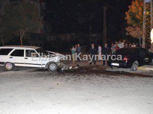 İki otomobil kavşakta çarpıştı: 3 yaralı