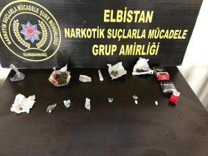 Elbistan polisi park halindeki araçta uyuşturucu ve hap ele geçirdi