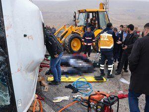 Cenaze taşıyan midibüs devrildi: 6 ölü 16 yaralı