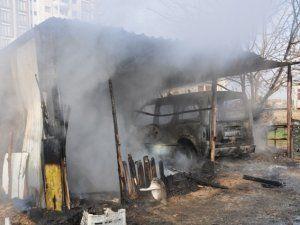 Tandırlıkta çıkan yangın hafif ticari aracı demir yığınına çevirdi