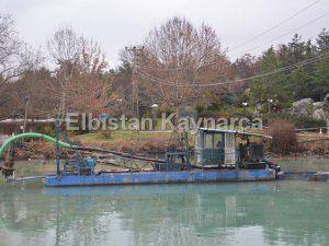 Pınarbaşı'ndaki mil ve kum vakum makinesi ile temizleniyor