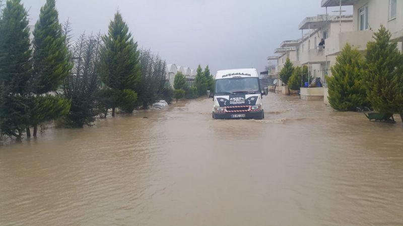 Antalya'da sağanak nedeniyle evlerinde mahsur kalan 40 kişi kurtarıldı
