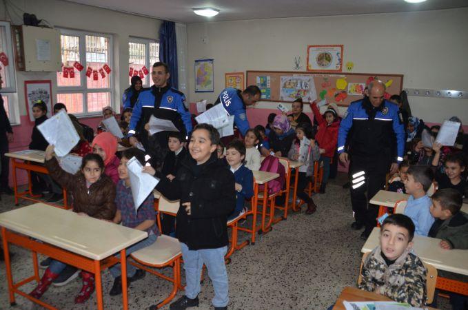 Kahramanmaraş'ta öğrenciler karnelerini polisten aldı