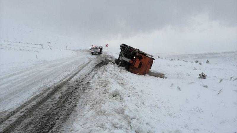 Kahramanmaraş'ta kar küreme aracı devrildi, iki işçi yaralandı
