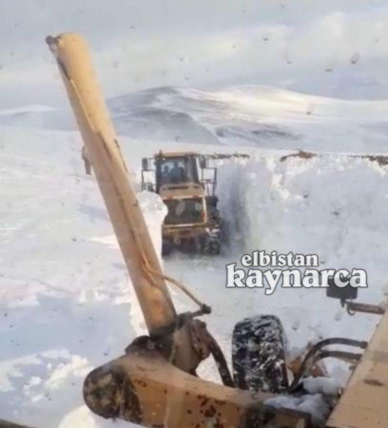 İş makinesinin boyunu aşan karda yolu açmaya çalıştılar