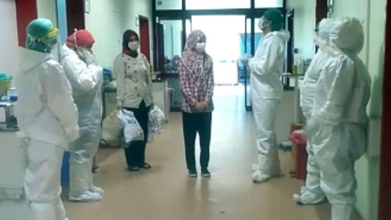 Koronavirüsü yenen çocuk alkışlarla hastaneden taburcu edildi