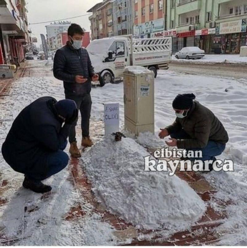 Pandemide zor günler geçiren esnafa 'kardan mezar' yaptılar
