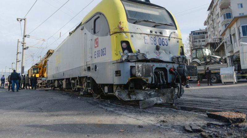 Tren ile tırın hemzemit geçitte çarpışması güvenlik kamerasında