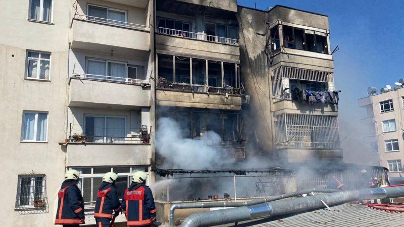Mersin'de 5 katlı apartmanda çıkan yangına müdahale ediliyor