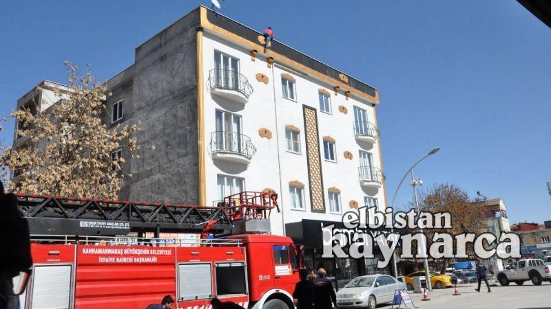 Çatıdan sarkan kadını, ölümün kıyısından polis kurtardı