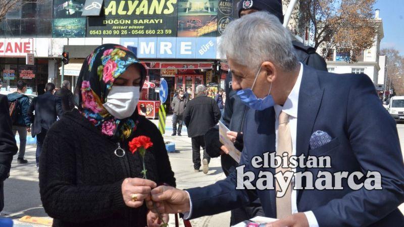 Polis, kadınlara KADES'i anlatıp karanfil dağıttı