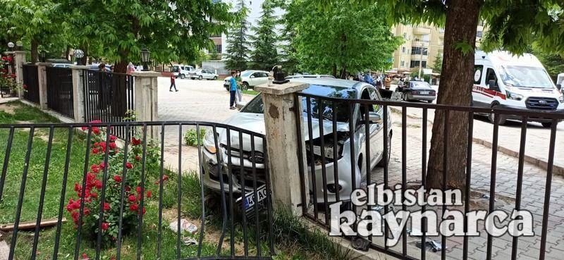 Otomobil kaldırımda yürüyen anne ve kızına çarptı: 3 yaralı