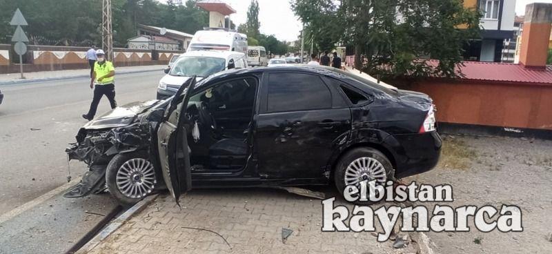 Otomobil okul duvarına çarptı: 4 yaralı