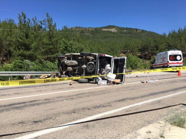 Adana'da minibüsle çarpışan otomobildeki aynı aileden 5 kişi öldü