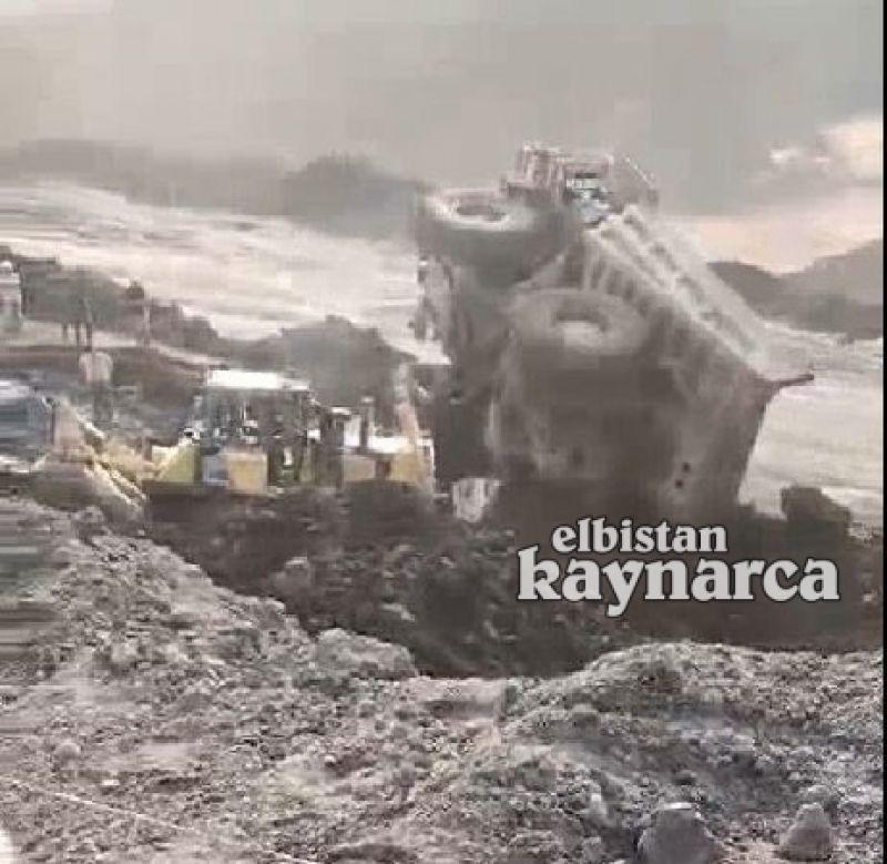 Dev kaya kamyonu devrildi