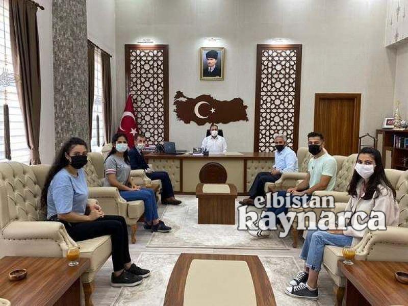 Üniversiteye attıkları ilk adımın sevincini Kaymakam Demir'le paylaştılar