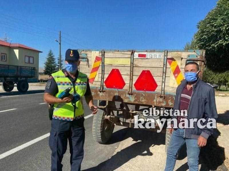 Jandarma Trafik ekipleri, römorklara elleri ile reflektör taktı