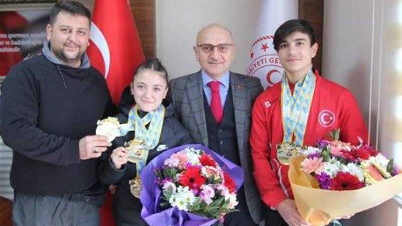 Avrupa şampiyonları çiçeklerle karşılandı