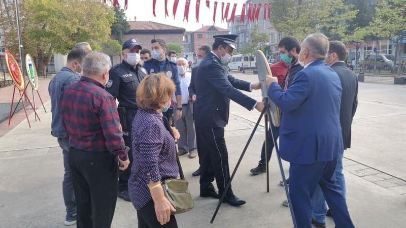 Resmi tören esnasında çelenk sunmak istediler, polis müdahale edince tepki gösterdiler!
