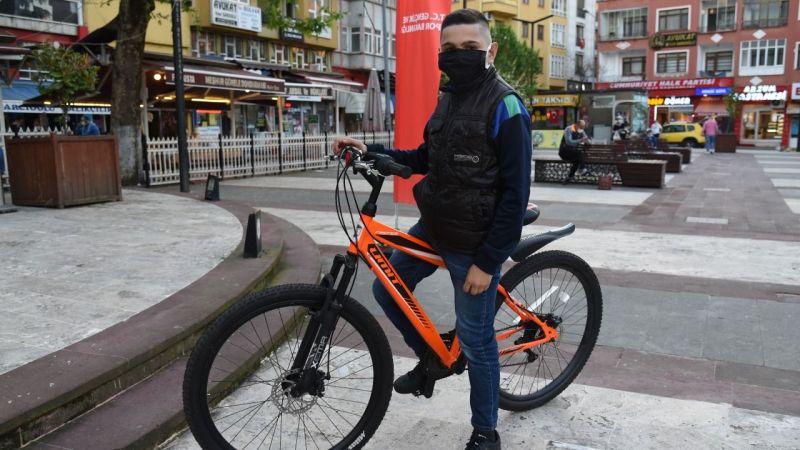 Bakan Kasapoğlu, 12 yaşındaki Yılmaz'ın bisiklet isteğini yerine getirdi