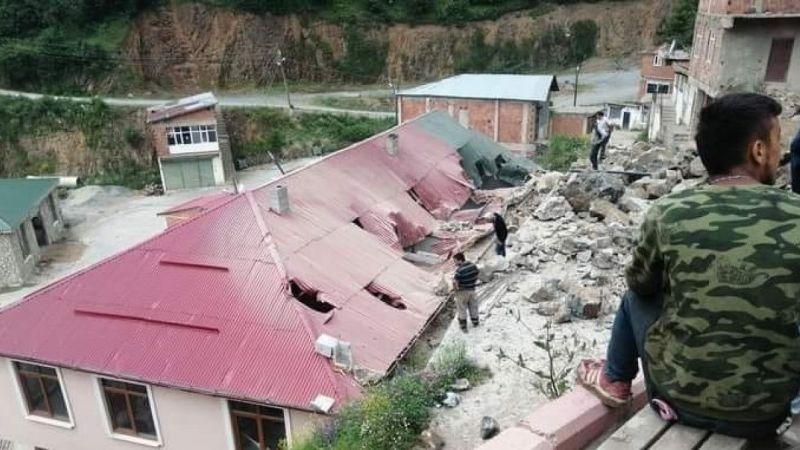 Dinamit patlatılırken hasar gören belediye binasının çatısı onarılıyor