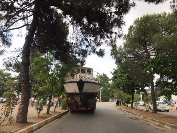 Kamyonun üzerinde taşınan tekne viyadüğe takıldı