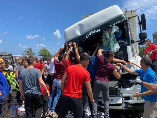 Artvin'deki sel bölgesinden görevden dönüyorlardı, kazayı görünce yardıma koştular