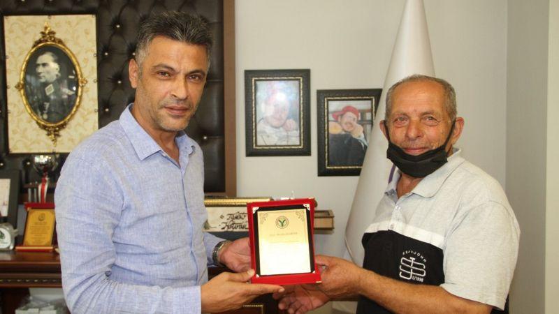 Yağlıdere Belediye Başkanı İbaş, hayırsever vatandaşa plaket verdi