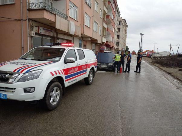Giresun'da jandarma trafik ekipleri motoru alev alan araca müdahale ederek söndürdüler
