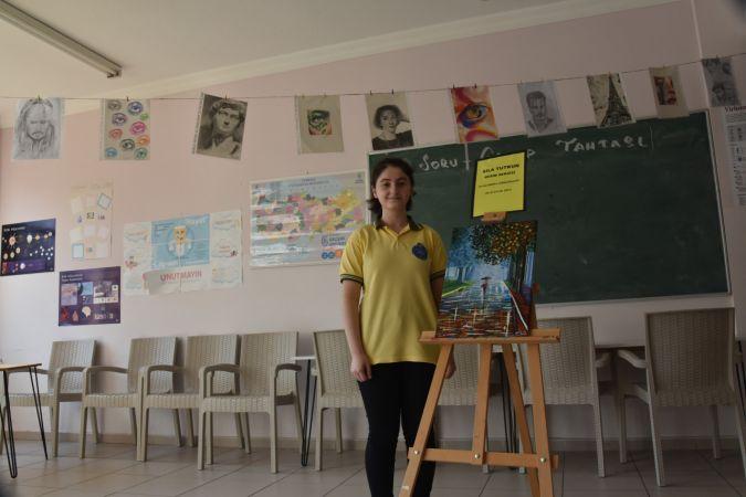 Lise öğrencisi resimlerini okulunda sergiliyor